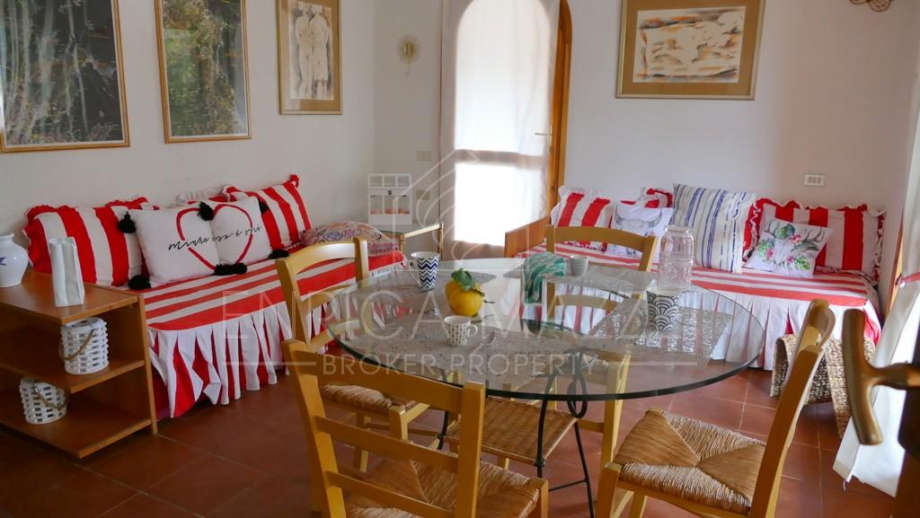 Cugnana Verde vendesi luminoso appartamento con grande veranda