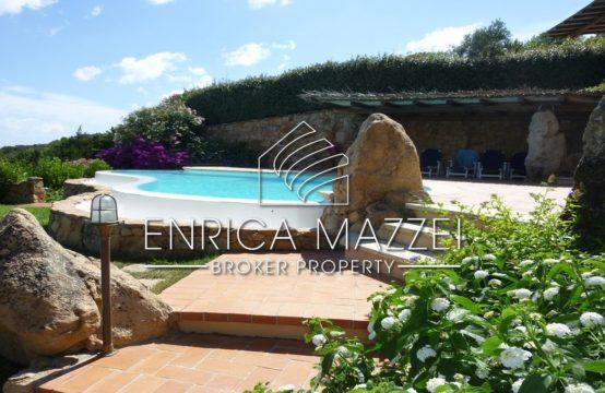 Pevero Alto vendita meravigliosa villa vista mare | giardino piscina